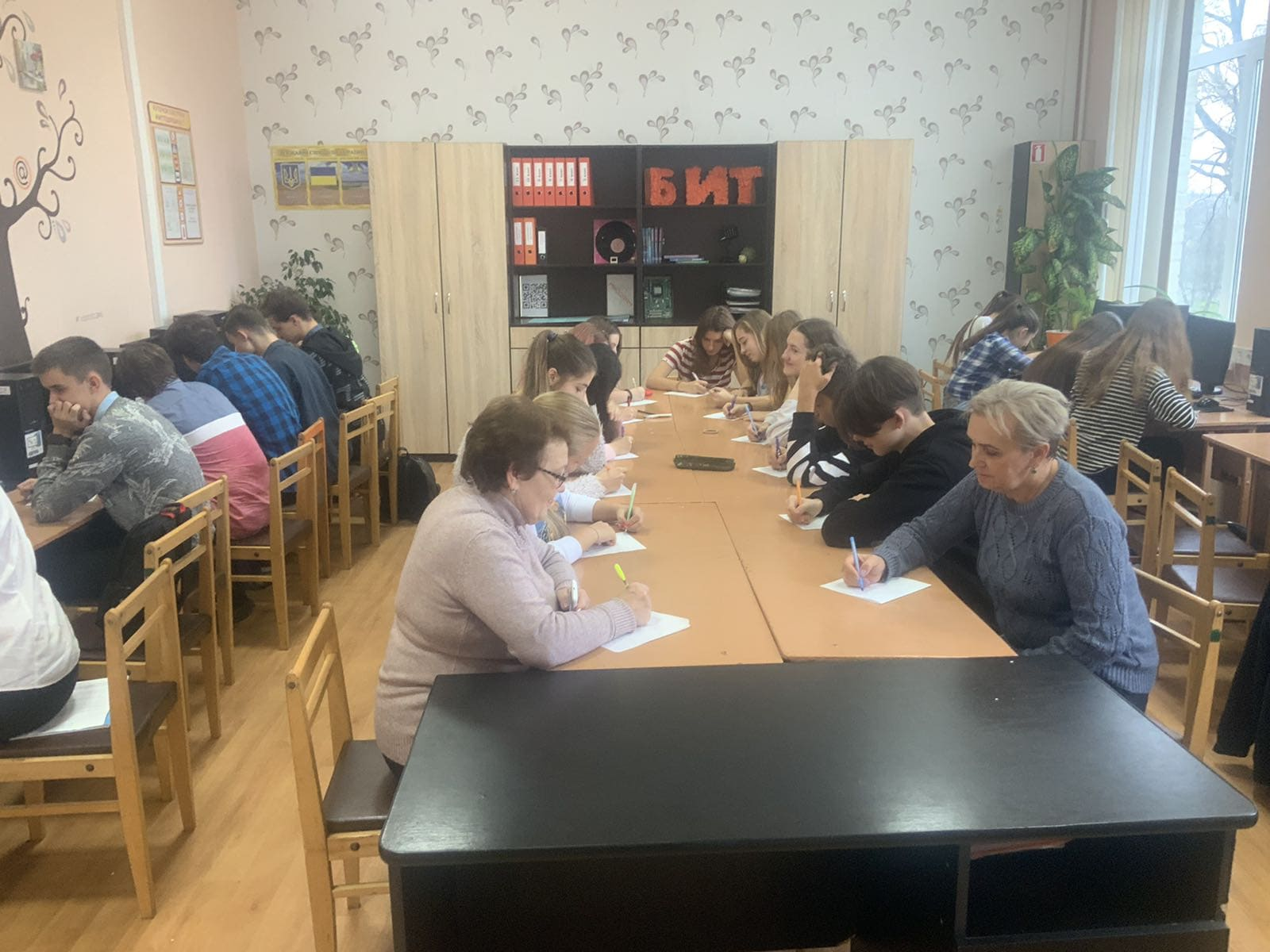 http://kharkivschool3.at.ua/IMG-7b52cfcd271aefdc5facc52f32e8e013-V.jpg